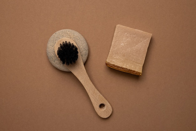 Różne produkty do spa i urody na brązowej, ręcznie robionej eko zupie i naturalnym pędzelku w modnym kolorze