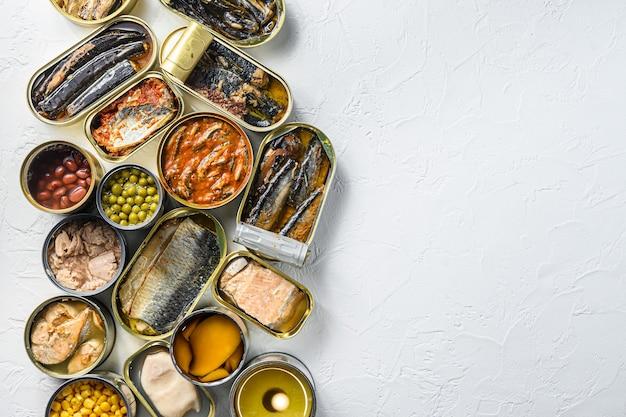 Różne produkty konserwowe w puszkach