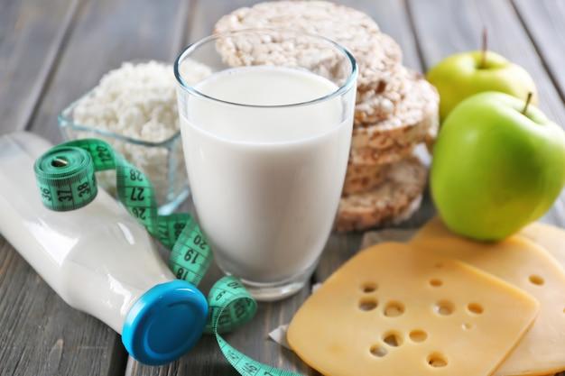 Różne produkty mleczne na drewnianych