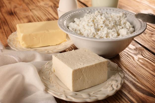 Różne produkty mleczne na drewnianym stole