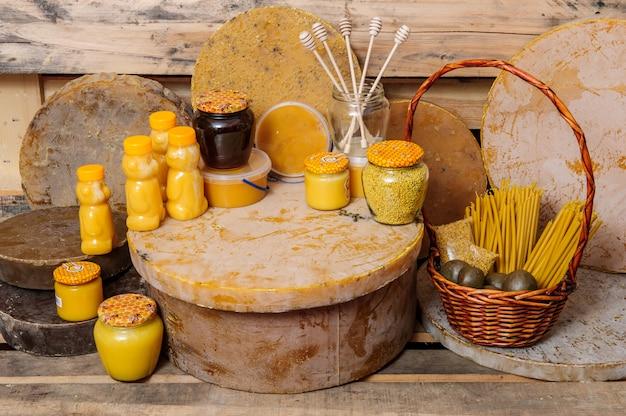 Różne produkty pszczele - miód, miód z woskiem i propolis. produkty do życia dla pszczół. wosk. komórki. kochanie, pszczelarstwo.