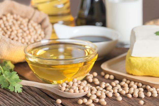 Różne produkty sojowe z olejem, tofu, sosem sojowym, soi i mlekiem sojowym.