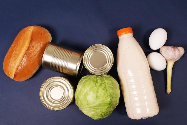 Różne produkty spożywcze na niebieskim tle