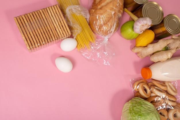 Różne produkty spożywcze na różowym tle