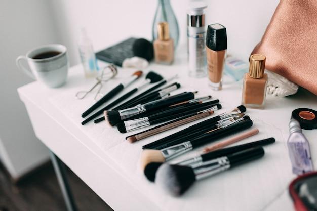 Różne profesjonalne pędzle do makijażu