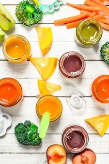 Różne przeciery dla niemowląt ze świeżych warzyw i owoców