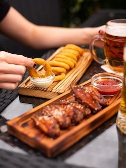 Różne przekąski do piwa, fast food