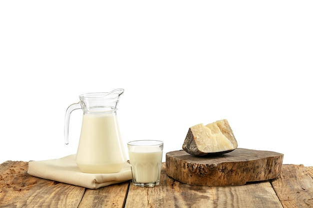 Różne przetwory mleczne, ser, śmietana, mleko na drewnianym stole i białej ścianie. zdrowe odżywianie i styl życia, organiczne naturalne odżywianie, dieta. pyszne jedzenie i napoje.