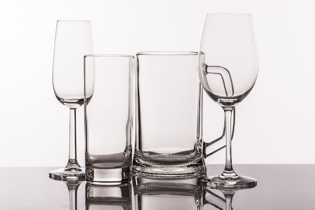 Różne przezroczyste szklanki do napojów