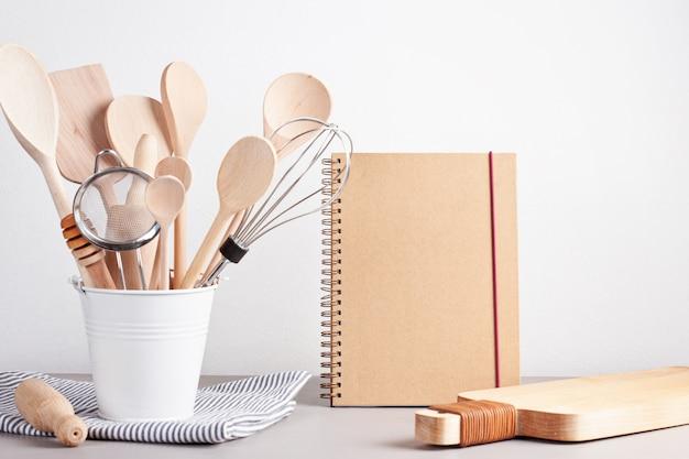 Różne przybory kuchenne. przepis książka kucharska, koncepcja lekcji gotowania