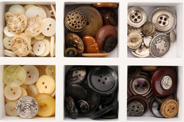 Różne przyciski do szycia w pudełku, widok makro macro