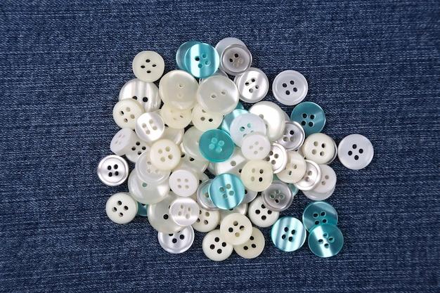 Różne przyciski z masy perłowej w niebieskim denimie