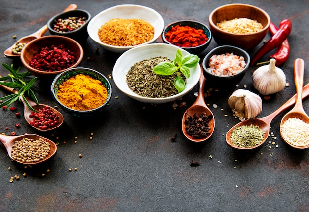 Różne przyprawy i papryczki chili w miseczkach