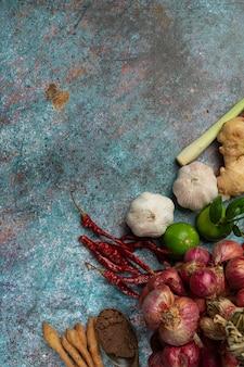 Różne przyprawy i zioła do gotowania na czarno