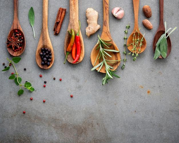 Różne przyprawy i zioła w drewniane łyżki.