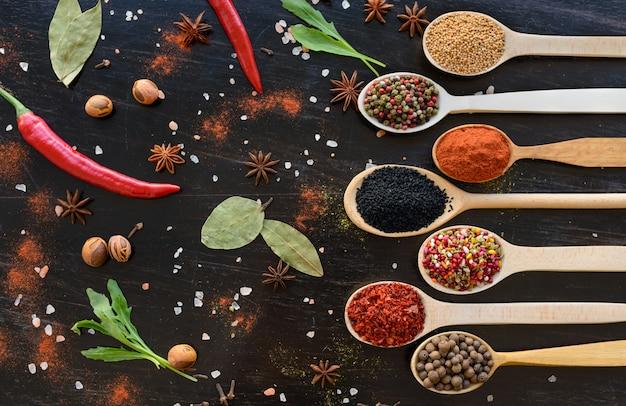 Różne przyprawy na ciemnym tle. składniki żywności
