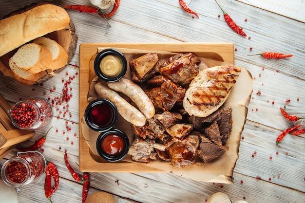 Różne przystawki półmisek mięsa z grilla do piwa na powierzchni drewnianych