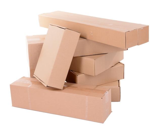 Różne pudełka kartonowe na białym tle