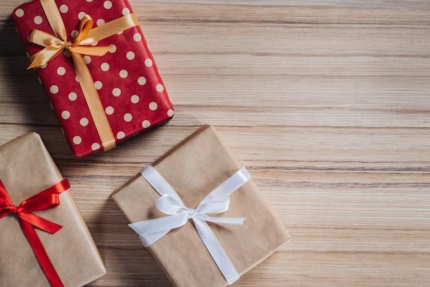 Różne pudełka na prezenty ozdobione satynową wstążką