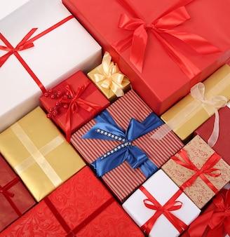 Różne pudełka na prezenty przewiązane wstążkami