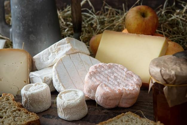 Różne pyszne francuskie sery na słomie