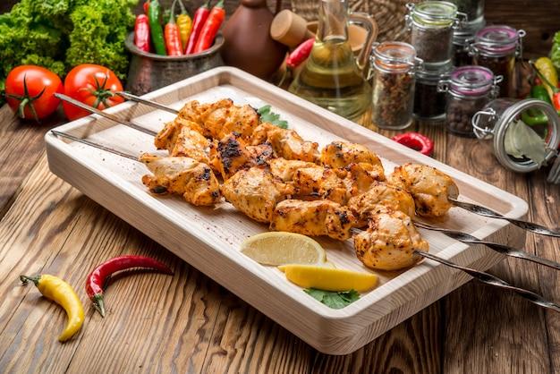 Różne pyszne grillowane mięso z warzywami na białym talerzu stół piknikowy na rodzinne przyjęcie przy grillu