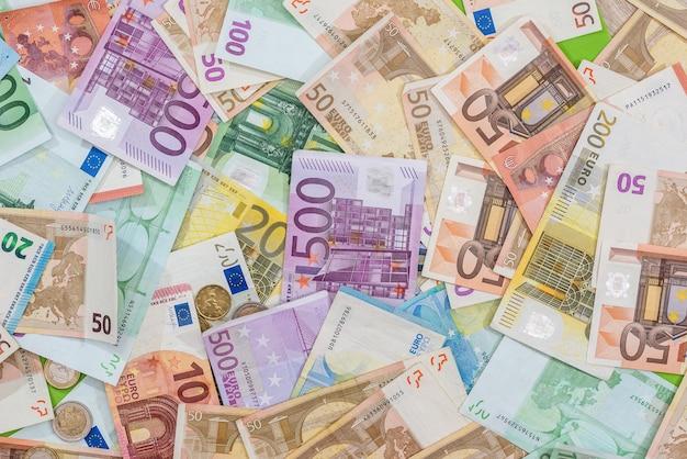Różne rachunki w euro jako tło