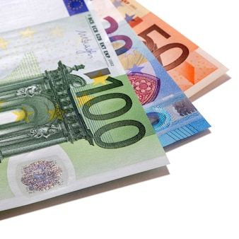Różne rachunki w walucie euro na białym tle