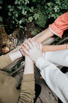 Różne ręce ludzi dotykających się wzajemnie wsparcie, miłość, afekt i przyjaźń koncepcja, wielokulturowość