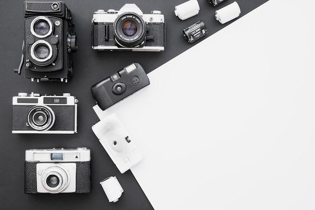 Różne retro aparaty fotograficzne i film