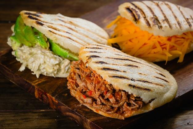 Różne rodzaje arepas to typowe wenezuelskie jedzenie