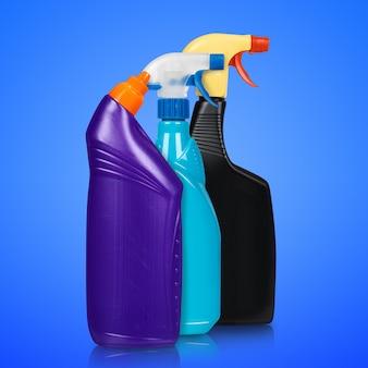 Różne rodzaje butelek z detergentem.