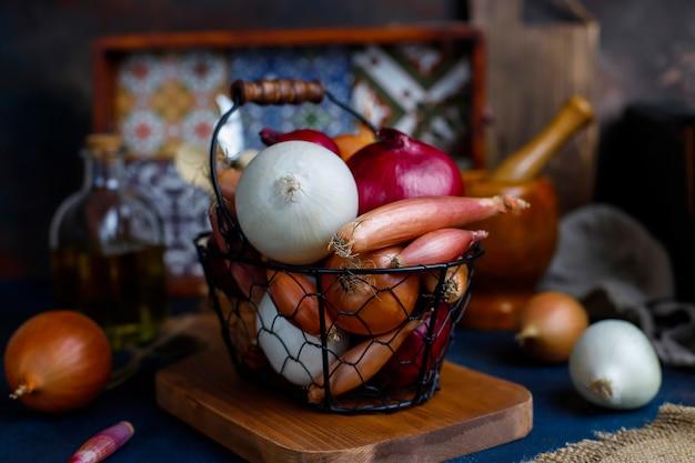 Różne rodzaje cebuli czerwonej, białej, żółtej, szalotki
