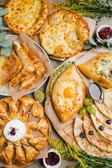 Różne rodzaje chaczapuri z orientalnego chleba