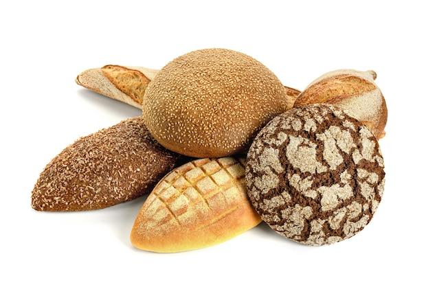 Różne rodzaje chleba na białym tle.