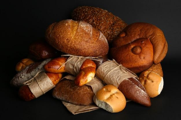 Różne rodzaje chleba na czarnym tle