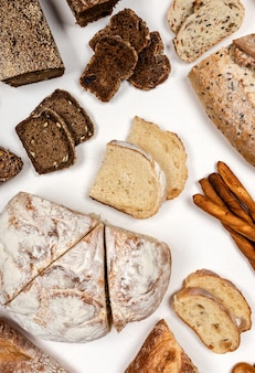 Różne rodzaje chleba widok z góry.