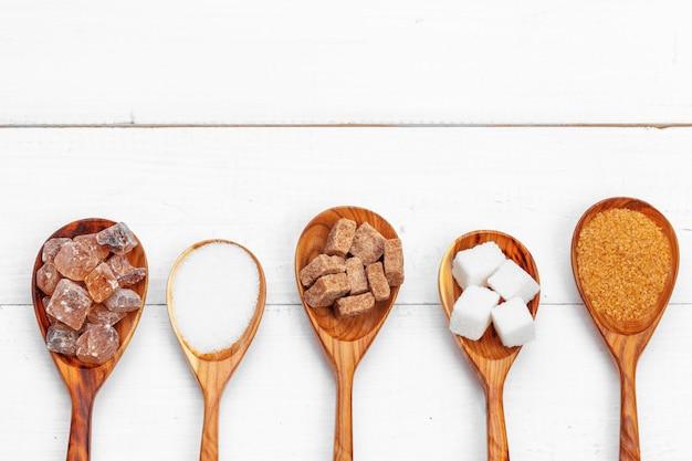 Różne rodzaje cukru w łyżce