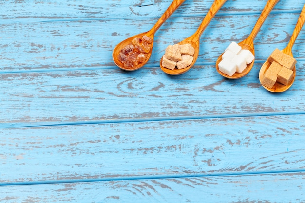 Różne rodzaje cukru w łyżkach z bliska