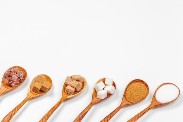 Różne rodzaje cukru w łyżkach