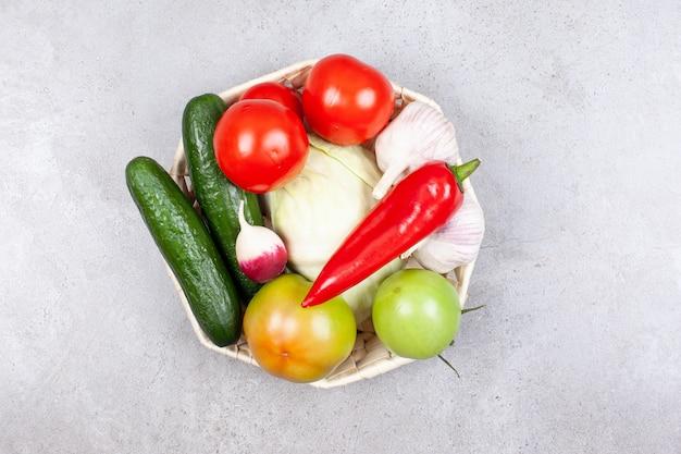 Różne rodzaje dojrzałych warzyw organicznych w koszu