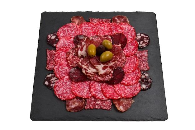 Różne rodzaje kawałków mięsa na deskach. na drewnianym tle.