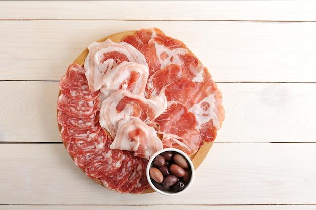 Różne rodzaje kiełbas pokrojonych w salami, bekon, prosciutto