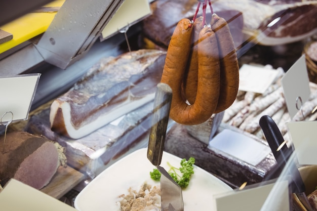 Różne rodzaje kiełbasy i salami