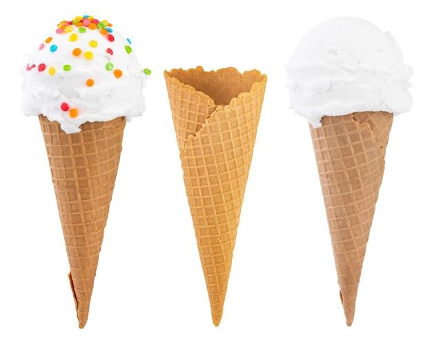 Różne rodzaje lodów w szyszki wafle na białym tle, ze ścieżką przycinającą.