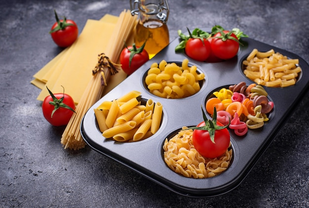 Różne rodzaje makaronów i pomidorów cherry