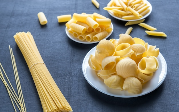 Różne rodzaje makaronów na czarnym stole