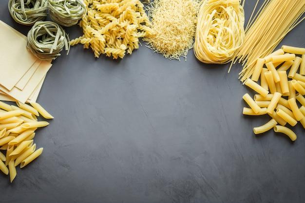 Różne rodzaje makaronów z odmian pszenicy durum do gotowania potraw kuchni śródziemnomorskiej.