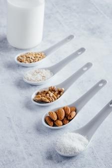 Różne rodzaje mleka roślinnego bez laktozy