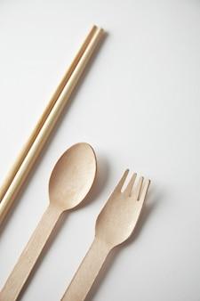 Różne rodzaje naczyń kuchennych na wynos: pałeczki azjatyckie